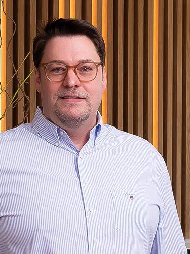 Jürgen Hellmer ist Zahnarzt, Implantologe, Parodontologe, Laserzahnmediziner bei den Zahnärzten im Schloss Berlin Steglitz.