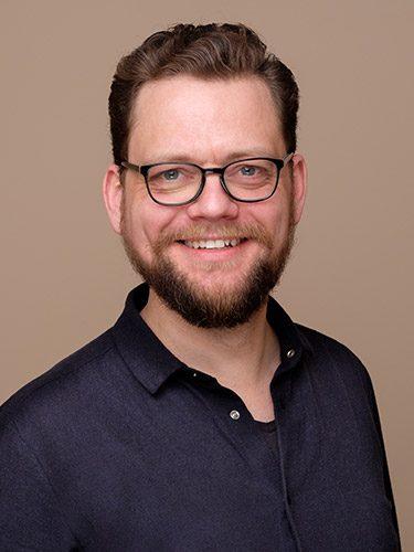 Chris Vörös ist Zahntechnikermeister und Laborleiter beim Dentallabor dent-a-pur, dem Labor der Zahnärzte im Schloss Berlin Steglitz.