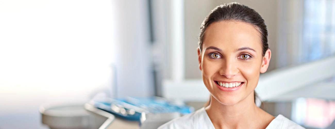 Eine junge ZfA freut sich, dass sie einen Job bei den Zahnärzten im Schloss in Berlin Steglitz bekommen hat.