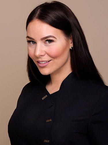 Jaqueline Becker arbeitet als zertifizierte Praxismanagerin und Zahnmedizinische Fachangestellte bei den Zahnärzten im Schloss Berlin Steglitz.