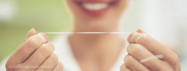Prophylaxe mit Zahnseide zur professioneller Zahnreinigung – auch bei Zahnimplantaten