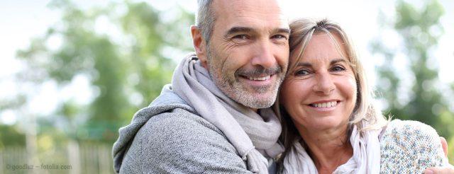 Ehepaar lacht mit schönen Zähnen
