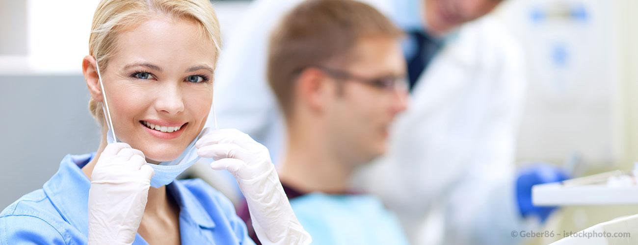Eine junge Auszubildende freut sich, dass sie einen Job bei den Zahnärzten im Schloss in Berlin Steglitz bekommen hat.