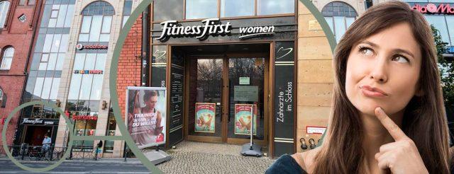 Eine attraktive junge Frau steht in einer Einkaufspassage und sucht die Praxis von Zahnarzt Jürgen Hellmer, Zahnärzte im Schloss Berlin Steglitz.