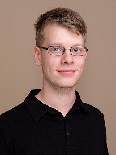 Simon Cayler ist Zahntechniker beim Dentallabor dent-a-pur, dem Labor der Zahnärzte im Schloss Berlin Steglitz.