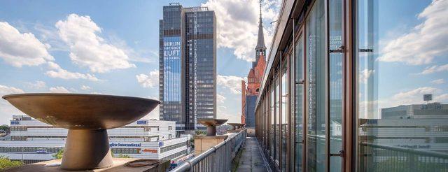 Das Panoramabild vom Balkon der Praxis von Zahnarzt Jürgen Hellmer, Zahnärzte im Schloss Berlin Steglitz, zeigt die beeindruckende Aussicht über Berlin.