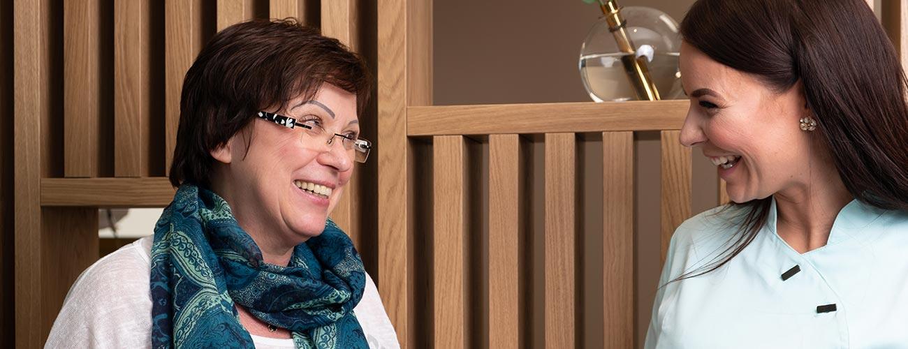 Zahnärztin Bettina Gottschalk berät eine ältere Patientin ausführlich in der Praxis der Zahnärzte im Schloss Berlin Steglitz.