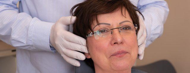 Zahnarzt Jürgen Hellmer untersucht eine CMD-Patientin: Die Funktionsdiagnostik im Bereich des Kiefergelenks ist ein wichtiger Behandlungsschwerpunkt bei den Zahnärzten im Schloss Berlin Steglitz.