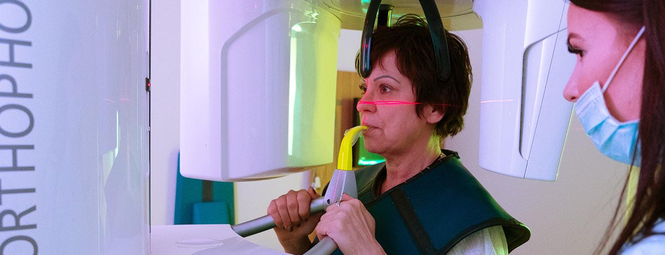 Eine Patientin erhält eine Diagnose mithilfe des Digitalen Volumentomografen der Zahnärzte im Schloss Berlin Steglitz.