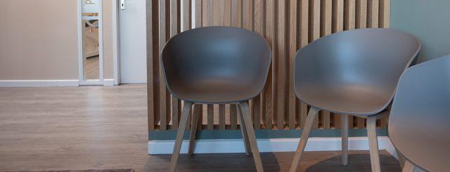 Einladende, moderne Stühle warten auf die ersten Besucher der Info-Veranstaltungen bei den Zahnärzten im Schloss in Berlin Steglitz.