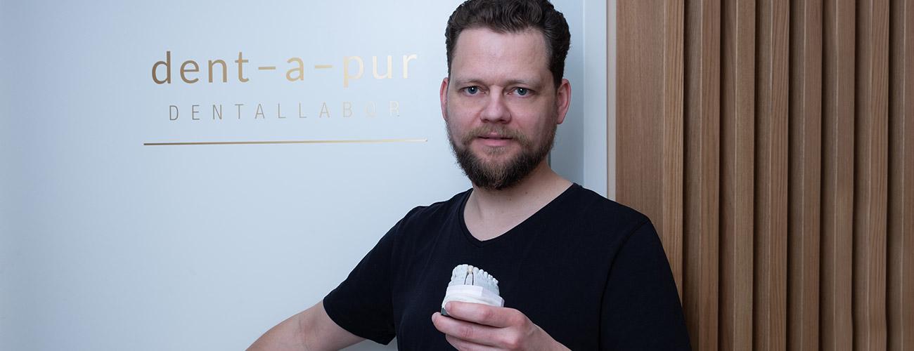 Zahntechnikermeister und Laborleiter Christ Vörös fertigt hochwertigen Zahnersatz im Meisterlabor dent-a-pur für die Praxis von Zahnarzt Jürgen Hellmer, Zahnärzte im Schloss Berlin Steglitz.