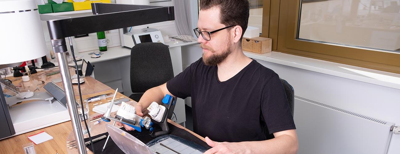 Dentallaborleiter Chris Vörös bei der Anfertigung des hochwertigen Zahnersatzes für die Patienten der Zahnärzte im Schloss.