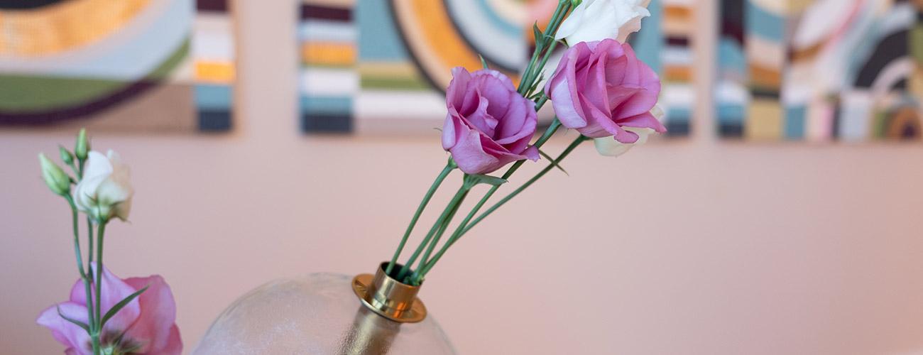 Die Großaufnahme zeigt frische Blumen bei den Zahnärzten im Schloss Berlin Steglitz – Frische auch beim Atem statt Mundgeruch ist hier Programm.