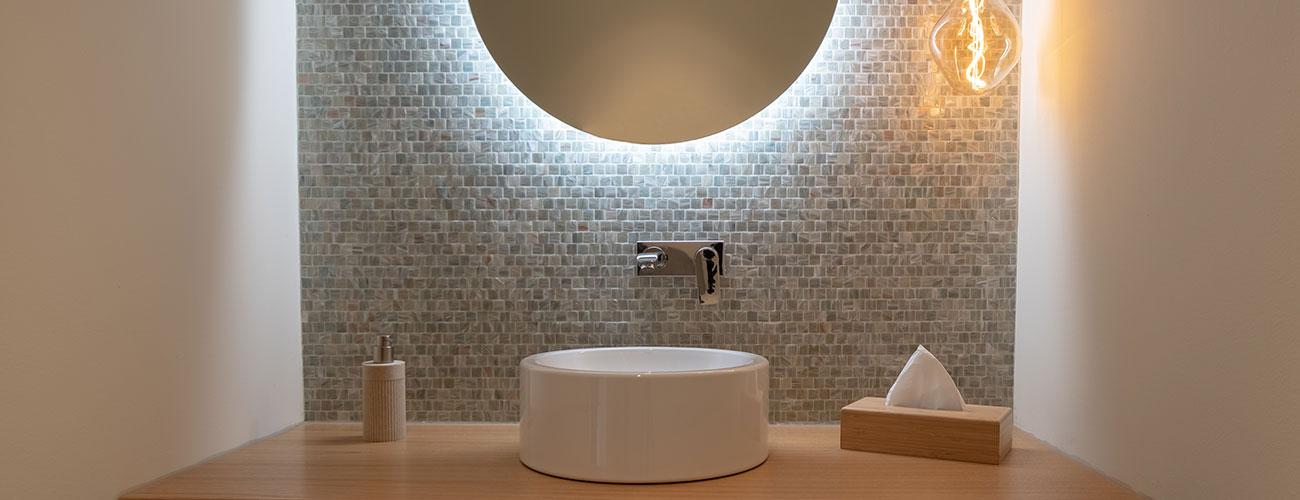 Eine gute Mundhygiene, zum Beispiel an diesem Design-Waschbecken bei den Zahnärzten im Schloss Berlin Steglitz, beugt Mundgeruch oftmals vor.