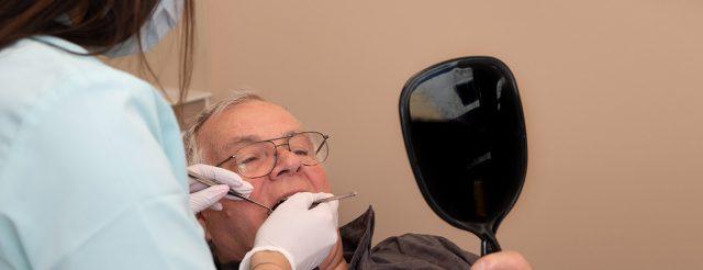 Auch bei Mundgeruch stehen die Zahnärzte im Schloss Berlin Steglitz ihren Patienten kompetent zur Seite.