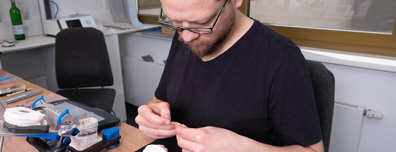 Zahntechnikermeister Chris Vörös fertigt hochwertige Prothetik im Meisterlabor dent-a-pur der Zahnärzte im Schloss in Berlin Steglitz.